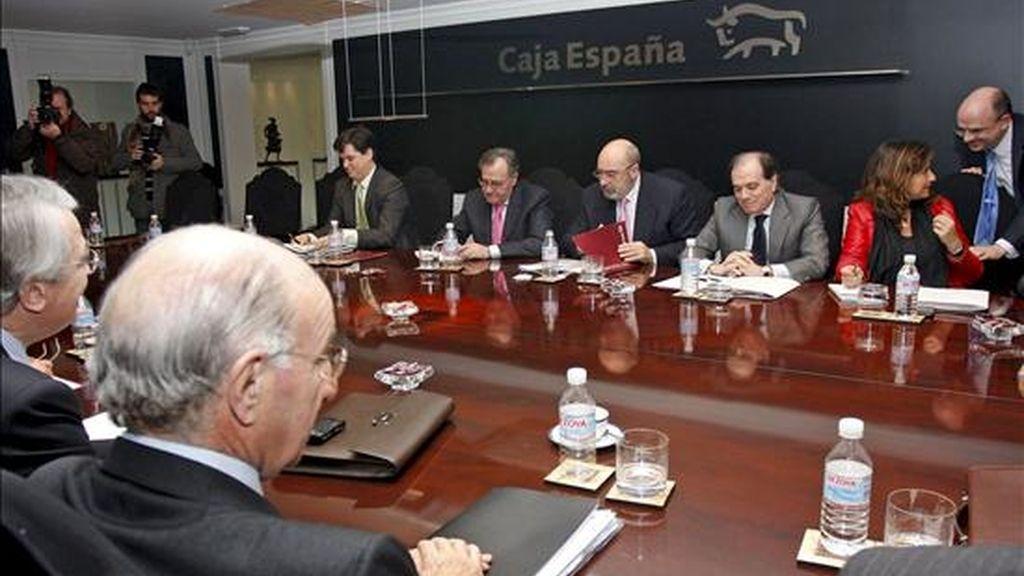 El consejero de Economía de la Junta, Tomás Villanueva (2d); el presidente de la Federación de Cajas Ahorros, José María Arribas (3d), y el prediente de Caja Burgos, Julio Fermoso (i), durante la reunión que mantuvieron en Valladolid. EFE