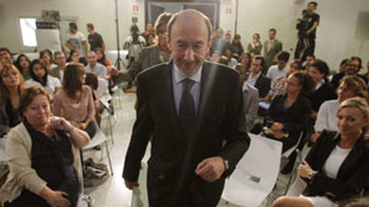 Pérez Rubalcaba, entre mujeres en un encuentro con emprendedores. Foto:EFE