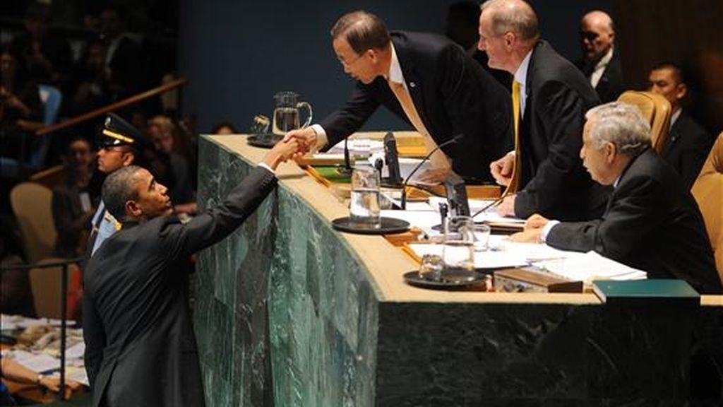 El presidente de Estados Unidos, Barack Obama (i), saluda al Secretario General de la ONU, Ban Ki-moon (c), después de su discurso en la cumbre de revisión de los Objetivos de Desarrollo del Milenio celebrada en la sede de las Naciones Unidas en Nueva York (EEUU). EFE