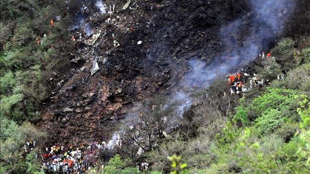 Vista de los restos de un avión que se estrelló el pasado 28 de julio, en las Colinas de Margala de Islamabad, (Paquistán). EFE/Archivo