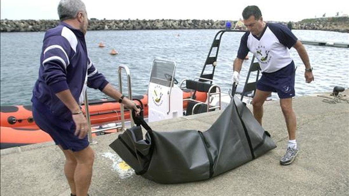 Submarinistas de la Guardia Civil trasladan el cadáver de un inmigrante recuperado en aguas del barrio de San Cristóbal de Las Palmas de Gran Canaria (Canarias). EFE/Archivo