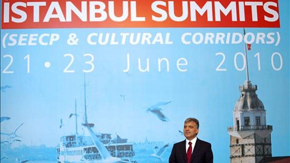 El presidente turco, Abdulá Gul, espera al resto de los participantes al comienzo de la cumbre de jefes de Estado y de Gobierno del sureste europeo, celebrada en el Palacio Ciragan de Estambul (Turquía), el pasado 23 de junio. EFE/Archivo