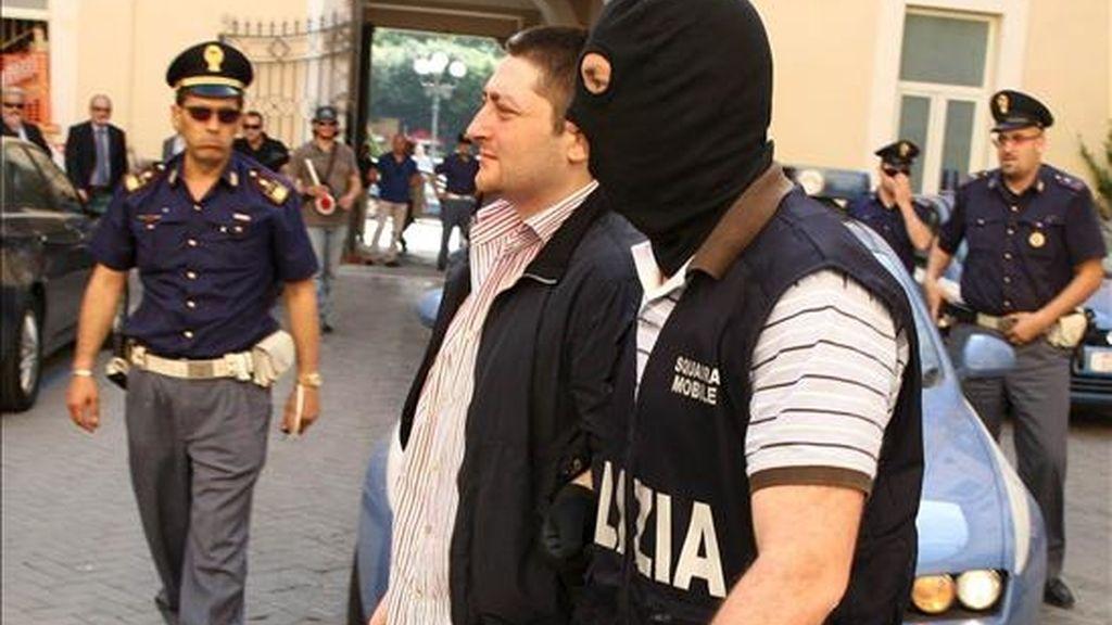 """Un policía escolta a Nicola Schiavone (c), considerado el heredero al frente del poderoso clan camorrista de """"Los Casaleses"""", tras su detención en Caserta (Italia), el pasado 15 de junio. Hoy ha sido arrestado el que estaba considerado capo de este sanguinario clan. EFE/Archivo"""