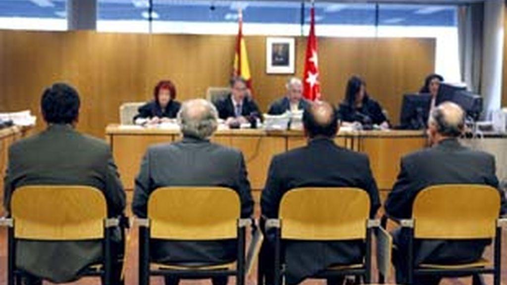 Imagen de los cuatro acusados del ácido bórico en el juicio que se celbra en la Audiencia Nacional. Foto: EFE