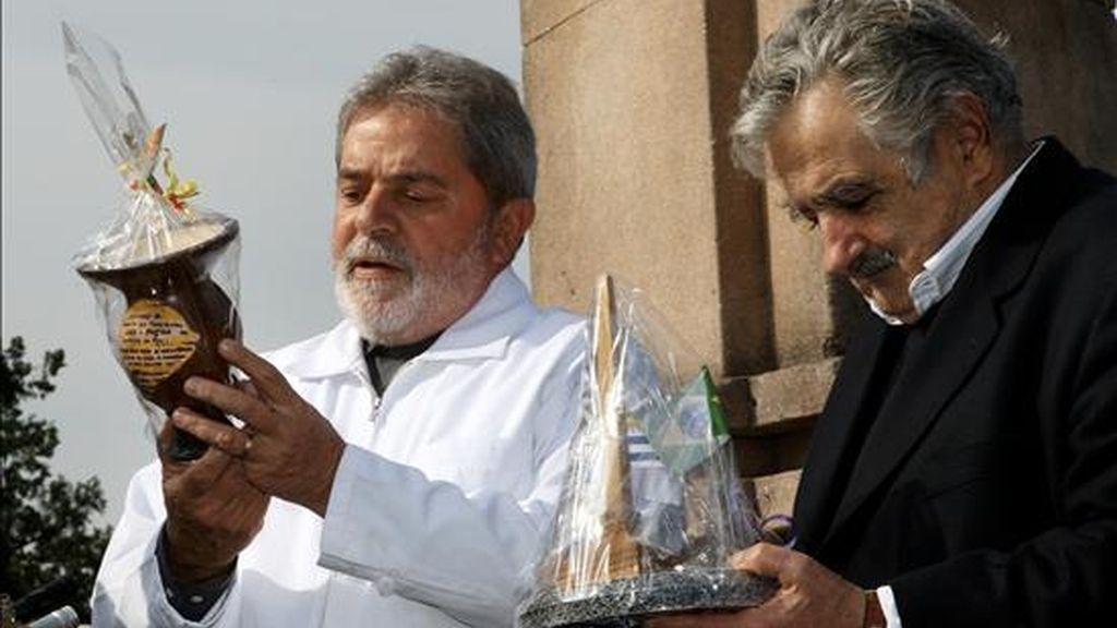 Imagen cedida por la Predidencia de Brasil, del presidente de Brasil, Luiz Inácio Lula da Silva (i), y su homólogo uruguayo, José Mujica (d), este 30 de julio, en una ceremonia en la localidad brasileña de Santana do Livramento, fronteriza con Uruguay. EFE
