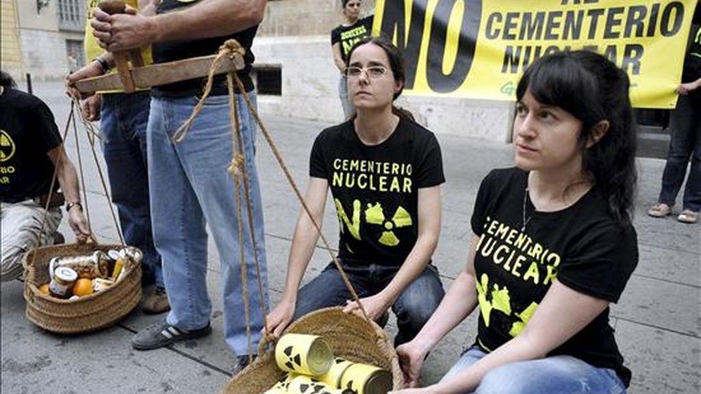 Representantes del colectivo ecologista Greenpeace y la Plataforma contra el Cementerio Nuclear de Zarra durante una concentración a las puertas del Palacio de la Generalitat de Valencia. EFE/Archivo