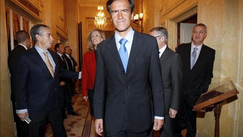 El cabeza de lista del PSOE a las elecciones europeas, Juan Fernando López Aguilar, acompañado por el número dos en esta candidatura, Ramón Jáuregui (i), momentos antes de su intervención en un desayuno informativo del Fórum Europa, hoy en Madrid. EFE