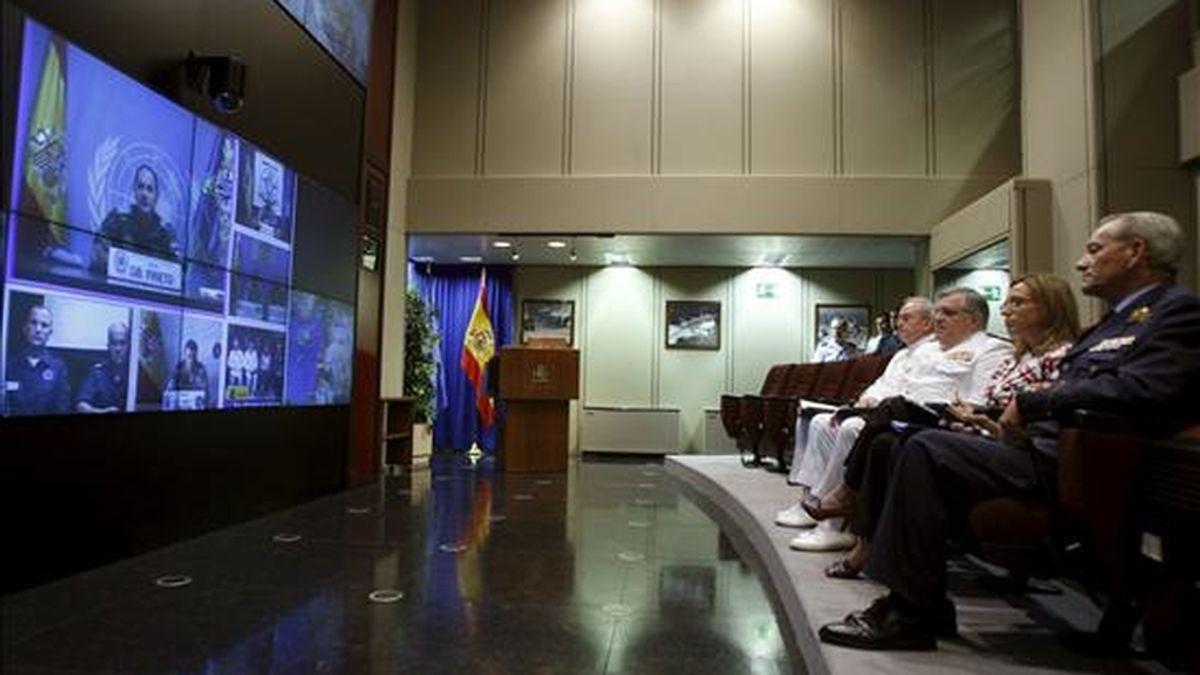 La ministra de Defensa, Carme Chacón, habla con el general Jose María Prieto, jefe de la Brigada Multinacional del Sector Este de la FINUL, durante una videoconferencia con las misiones en el exterior. EFE