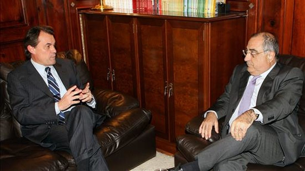 El candidato de Convergencia i Unió ( CIU) a la presidencia de la Generalitat y ganador de las elecciones catalanas, Artur Mas (i), durante la reunión mantenida en el Parlament de Cataluña con el portavoz socialista Joaquim Nadal. EFE