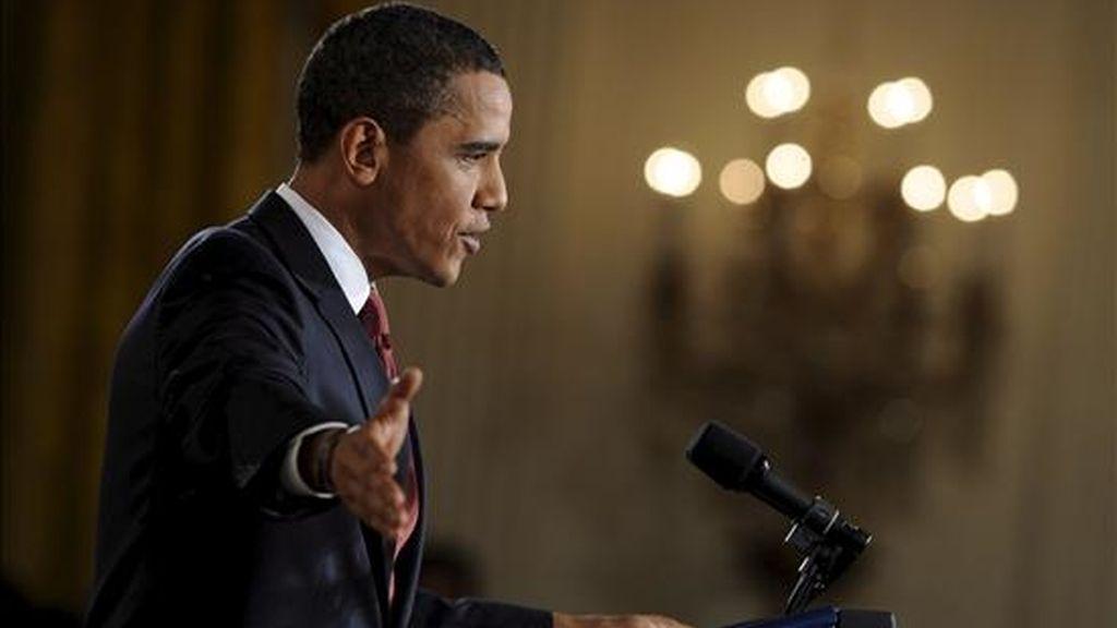 El presidente de EEUU, Barack Obama, habla hoy durante su primera rueda de prensa en el Salón Este de la Casa Blanca de Washington, DC (EE.UU.).  Obama aseguró que su equipo de seguridad nacional revisa la política hacia la República Islámica para buscar áreas donde exista la posibilidad de un diálogo. EFE