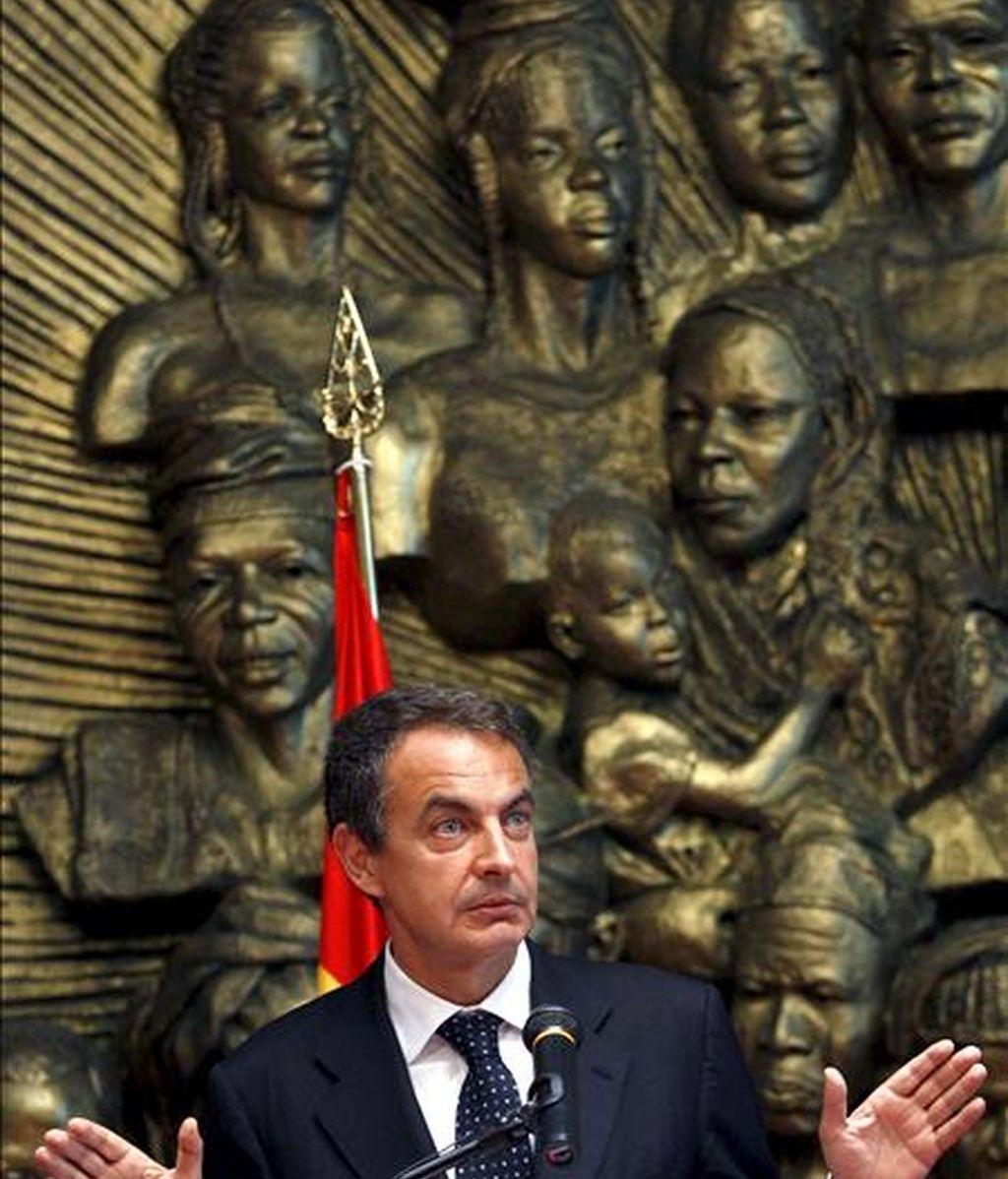 El presidente del Gobierno, José Luis Rodríguez Zapatero, durante la rueda de prensa que ofreció, junto al presidente nigeriano, Umaru Musa Yar'Adua, tras reunirse en el Palacio Presidencial, hoy en Abuja, dentro de la visita que realiza Rodríguez Zapatero a este país. EFE