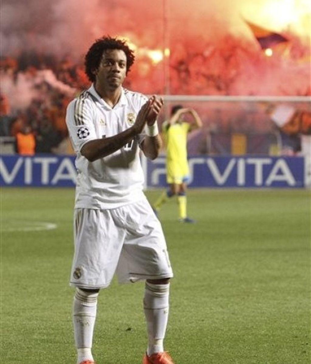 Marcelo aplaude a los madridistas ue vieron en Chipre la victoria blanca ante el Apoel