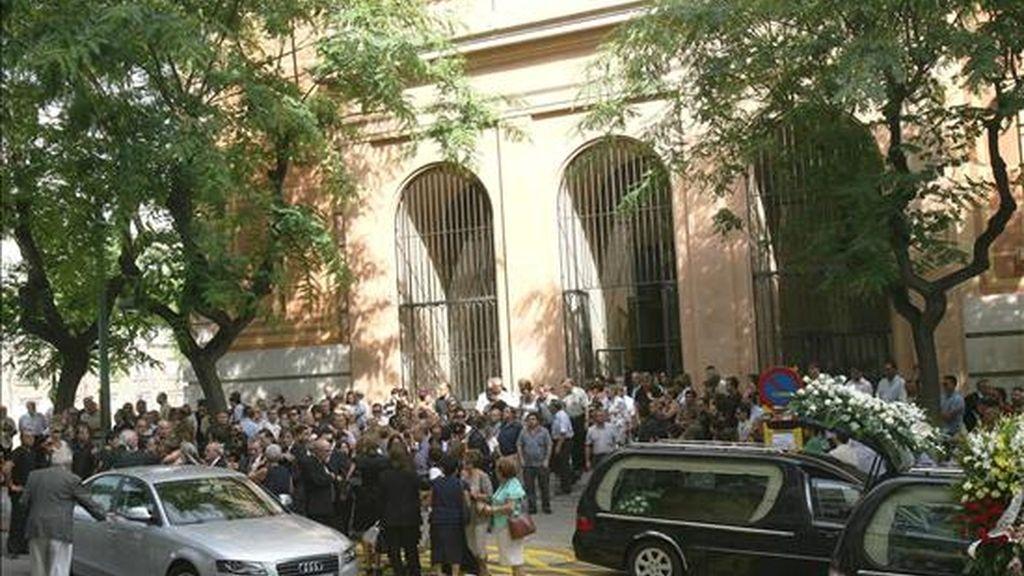 """Unas 200 personas a las puertas de la iglesia de Sant Pau de Tarragona donde hoy se ha celebrado el funeral en memoria de Clara Zapater, la joven fallecida el pasado sábado, día 24, en el trágico accidente ocurrido en la """"Loveparade"""" de Duisburgo (Alemania). EFE"""
