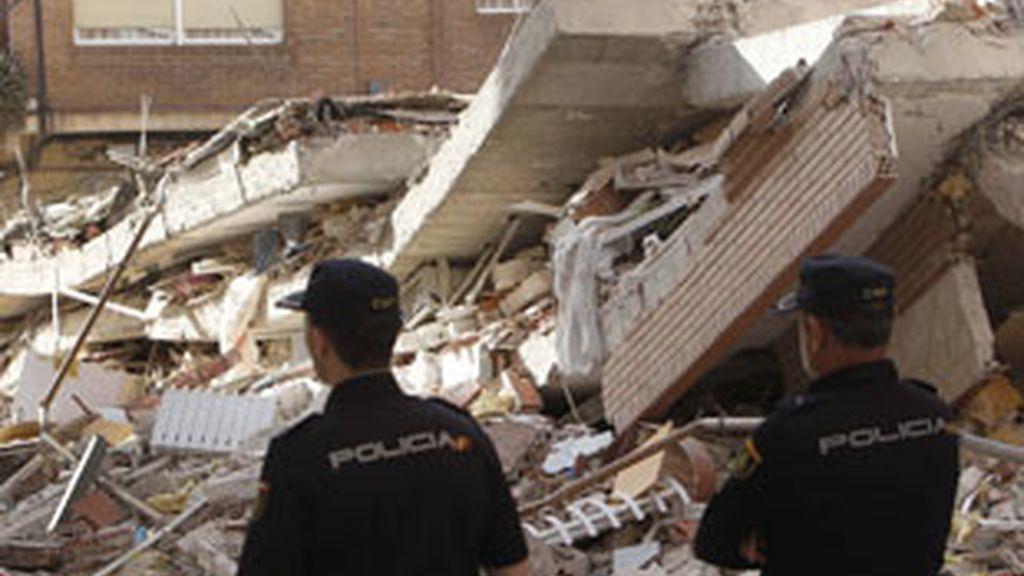 Dos agentes observan los destrozos causados por el temblor. Foto: AP