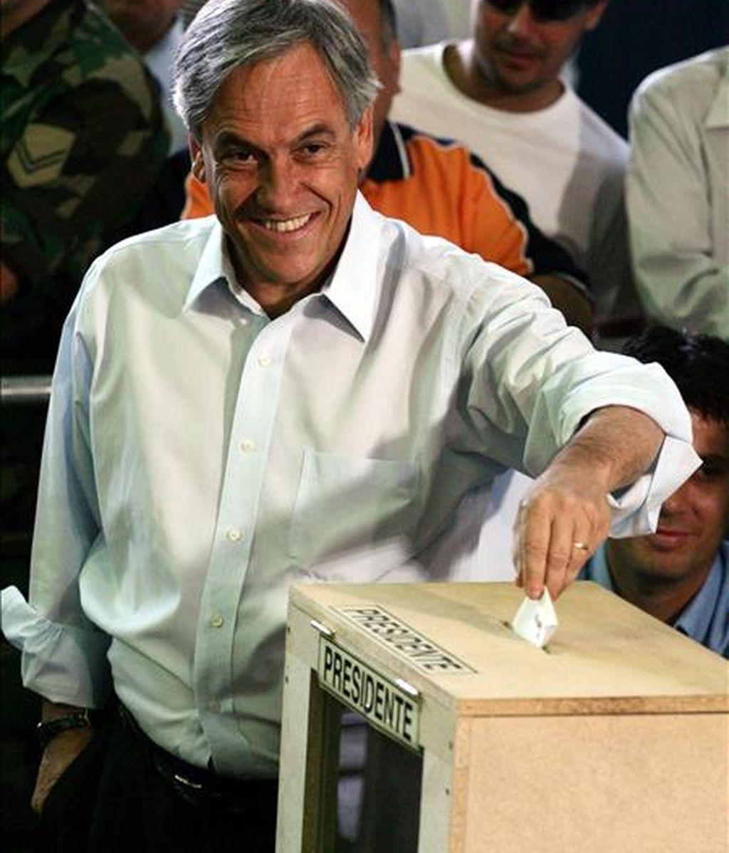 Según los más recientes sondeos, Piñera (en la imagen) tiene un apoyo popular del 35%, seguido del candidato socialista independiente Marco Enríquez-Ominami (26%) y de Frei (22%). EFE/Archivo