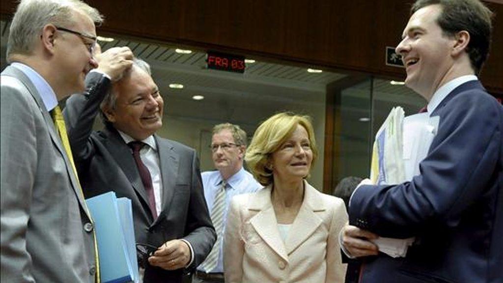 (i-d) El comisario europeo de Asuntos Económicos y Monetarios, Olli Rehn; el ministro de Finanzas belga, Didier Reynders; la titular de Economía de España, Elena Salgado, y el ministro británico de Economía, George Osborne, conversan hoy durante la reunión del Ecofin en Bruselas (Bélgica). EFE