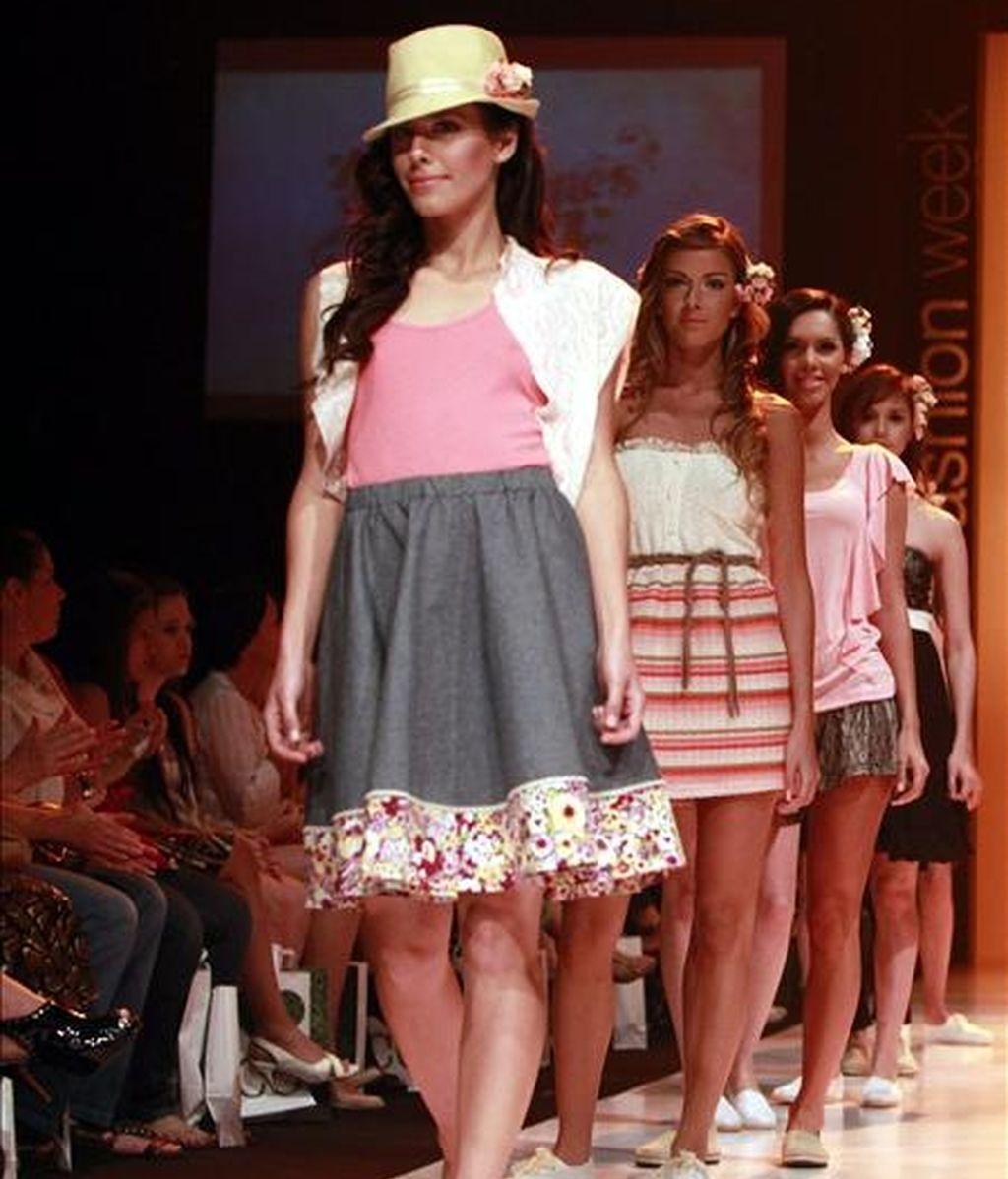 Modelos desfilan durante la XII edición anual de la Semana de la Moda de Asunción (Paraguay) en la sede de convenciones de la Confederación Sudamericana de Fútbol (Conmebol). EFE