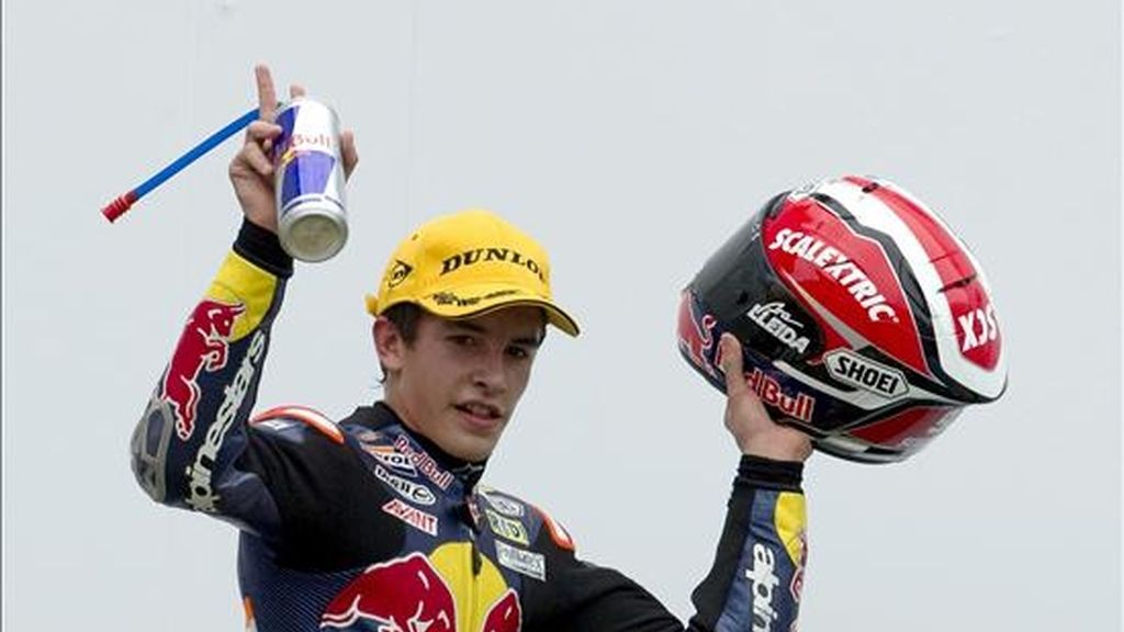El piloto español Marc Marquez celebra su victoria en el Gran Premio de Malasia de 125 c.c. que se disputó en el circuito de Sepang, en las afueras de Kuala Lumpur, Malasia, el pasado 10 de octubre. EFE