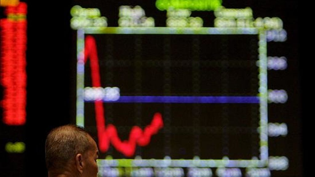 Un inversor observa los paneles en la Bolsa de Kuala Lumpur, Malasia. EFE/Archivo