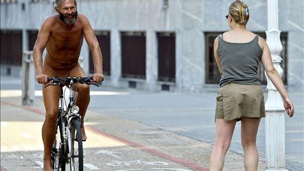 Condenan a 1 año al ciclista que pasea desnudo por San Sebastián por exhibirse. EFE/Archivo