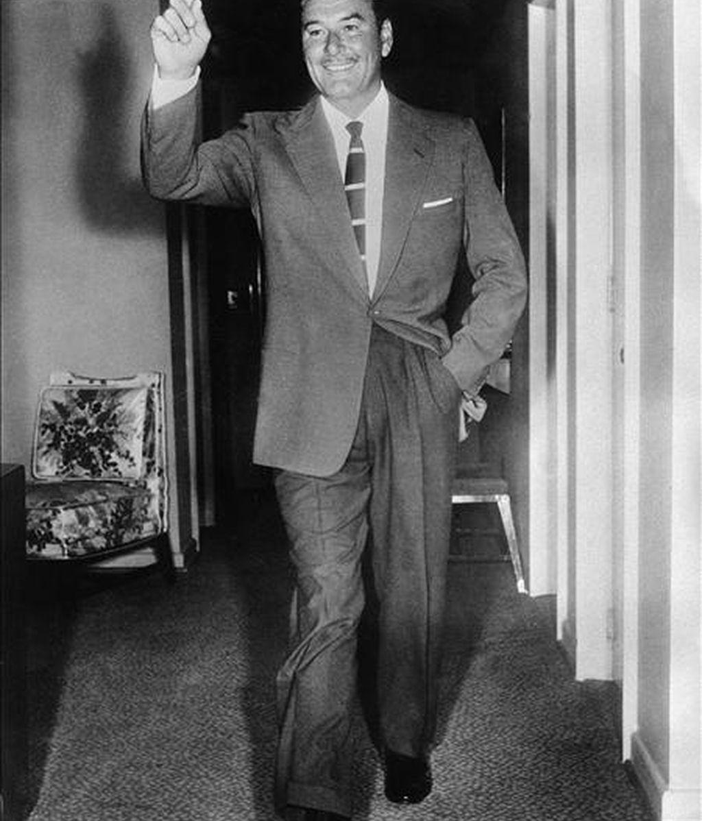 """En la foto de archivo (1958), el actor australiano Errol Flynn, que conquistó la fama gracias a su participación en películas como """"El capitán Blood"""" (1935), """"La carga de la brigada ligera"""" (1936) o """"Robin de los bosques"""" (1938). Los ecos de las espadas que empuñó y las juergas que se corrió Errol Flynn, el gran dandi seductor de la época dorada de Hollywood, tan atractivo como mujeriego, aún resuenan en la meca del cine cuando se cumplen mañana cien años de su nacimiento. EFE/Archivo"""