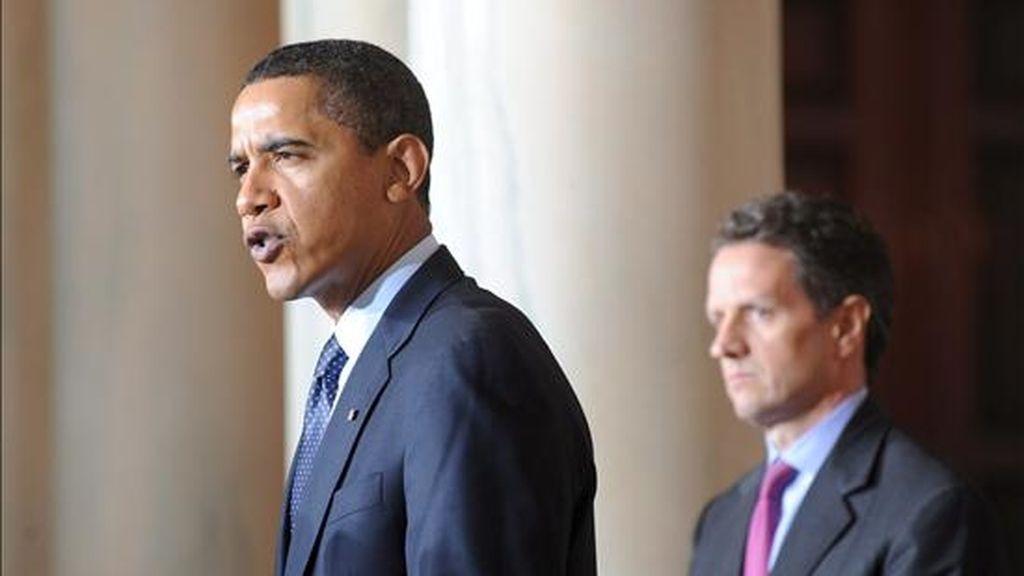 El presidente estadounidense Barack Obama habla junto al secretario del Tesoro Timothy Geithner (dcha), durante el anuncio de la imposición de límites salariales a los directivos de las empresas que reciban nuevas ayudas económicas del plan de rescate financiero en vigor desde octubre pasado. EFE