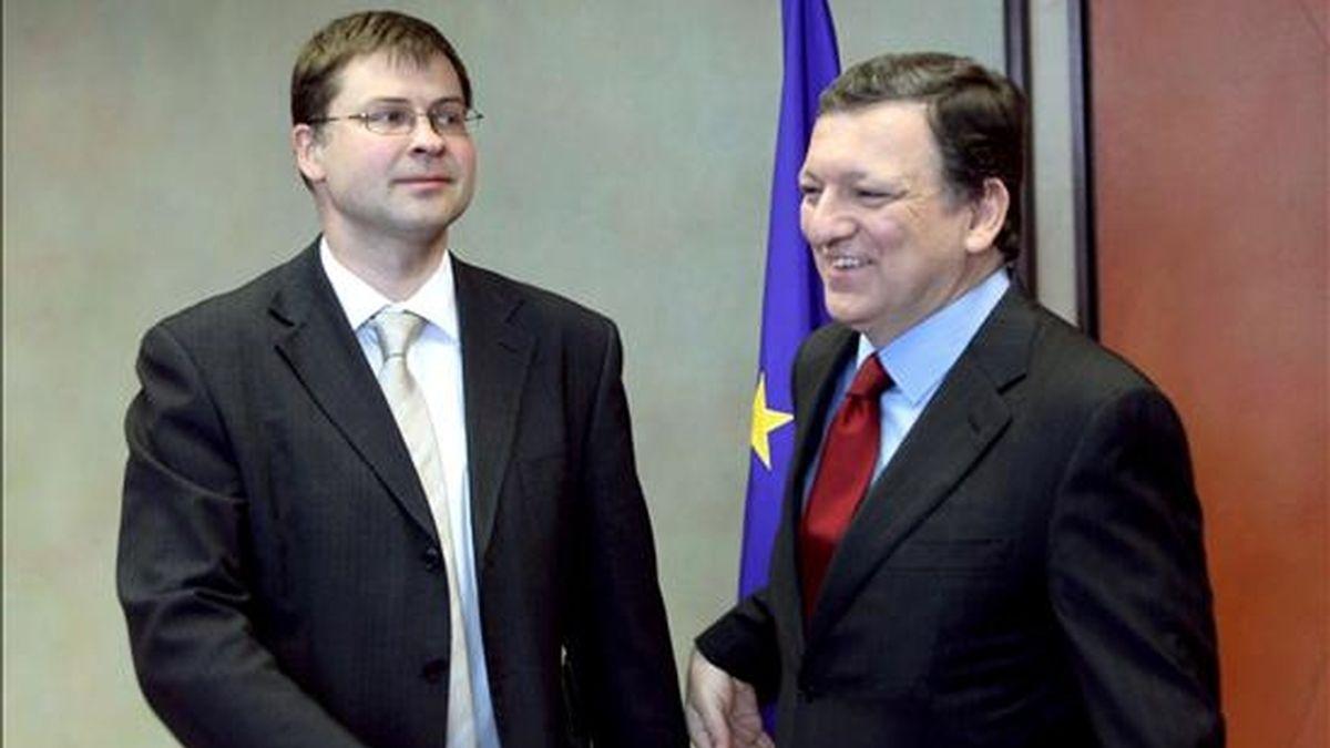 El presidente de la Comisión Europea, José Manuel Barroso (d), conversa con el primer ministro letón, Valdis Dombrovskis, antes de un almuerzo de trabajo en la sede de la Comsión en Bruselas (Bélgica), el 10 de junio de 2009. EFE/Olivier Hoslet
