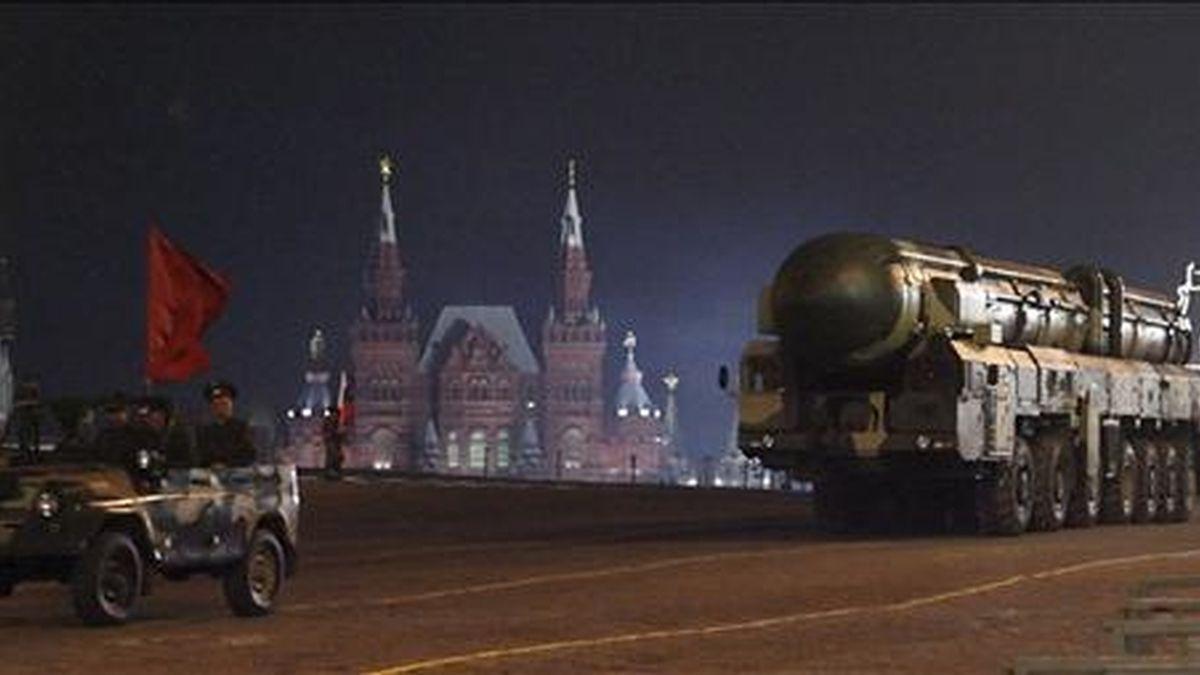 Misiles balísticos estratégicos rusos Topol-M son conducidos por la Plaza Roja de Moscú (Rusia), durante el ensayo del desfile del Día de la Victoria, el pasado mes de abril. EFE/Archivo