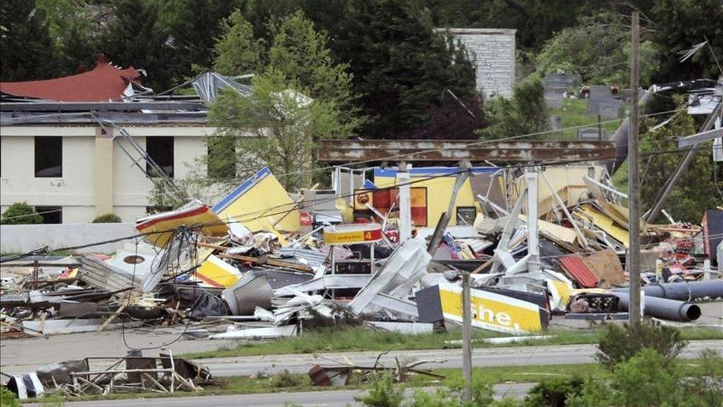 Una gasolinera destrozada por el tornado en un barrio residencial de Ringgold (Estados Unidos). EFE