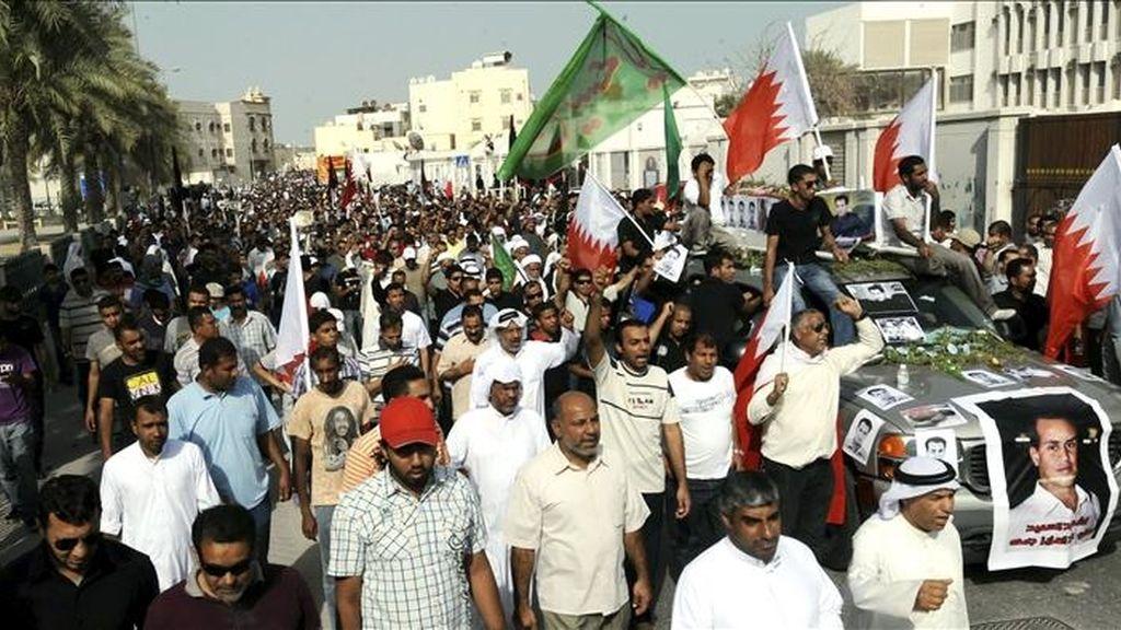 Centenares de personas corean lemas contra el gobierno bahreiní durante el funeral de una de las víctimas de la represión policial durante las protestas del pasado mes de marzo. EFE/Archivo