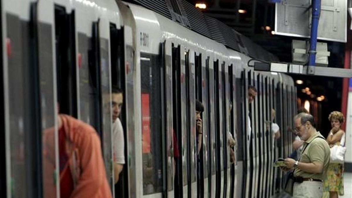 Miles de personas utilizaron ayer el Metro de Madrid durante la cuarta jornada de huelga de los trabajadores del suburbano madrileño con el restablecimiento del servicio en todas las líneas, que funcionaron al 50 por ciento, en cumplimiento de los servicios mínimos establecidos por la Comunidad. EFE