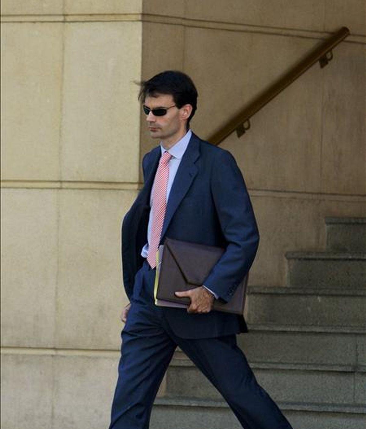 El magistrado Pablo Rafael Ruz Gutiérrez, que va a sustituir al juez Baltasar Garzón en la Audiencia Nacional tras ser éste suspendido cautelarmente de sus funciones el pasado mayo, a su salida de la Audiencia a la que se ha incorporado esta mañana. EFE