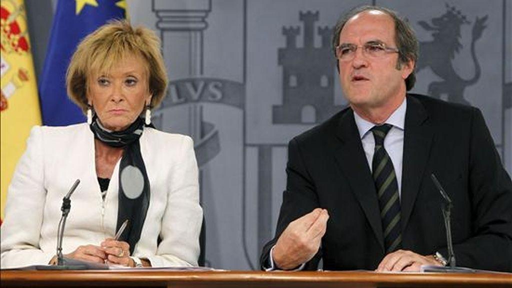 La vicepresidenta primera del Gobierno, María Teresa Fernández de la Vega, y el ministro de Educación, Ángel Gabilondo, durante la rueda de prensa tras el Consejo de Ministros celebrado hoy en el Palacio de la Moncloa. EFE