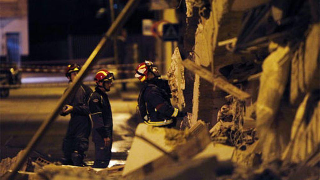 Los bomberos, en una de las zonas afectadas por el terremoto. Foto: EFE.