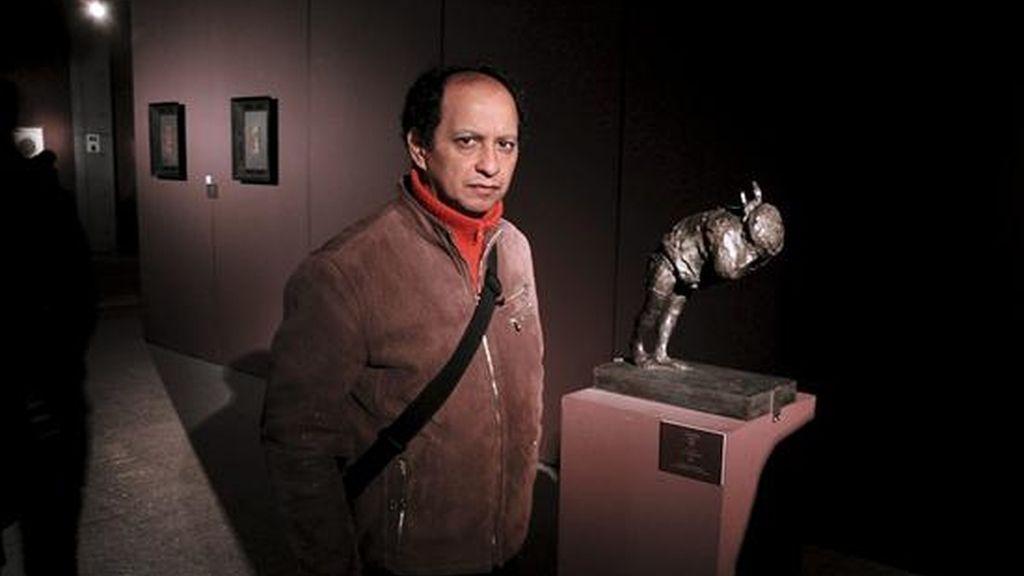 """El escultor peruano Martín Salazar posa al lado de su obra """"Minotauro"""", con la que participa estos en la exhibición de la colección Edmond de Rothschild, perteneciente al museo del Louvre y que contiene varias obras de Leonardo Da Vinci, Miguel Ángel y Rafael, en el Instituto de Bellas Artes de Pekín. EFE"""