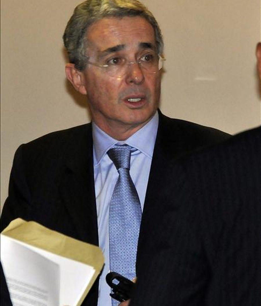 """El entorno del ex presidente colombiano, Álvaro Uribe, ordenó escuchas ilegales y espiar a magistrados, periodistas y opositores, según reveló hoy el diario francés """"Le Monde"""", que publica cables de WikiLeaks al respecto. EFE/Archivo"""