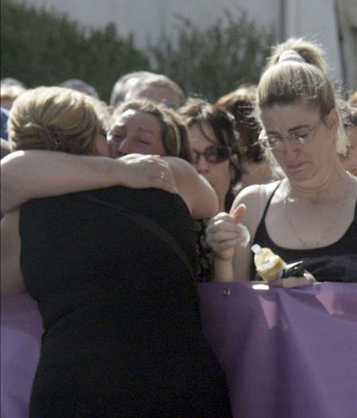 Un familiar de la mujer que murió en la localidad granadina de Pinos Puente. EFE/Archivo