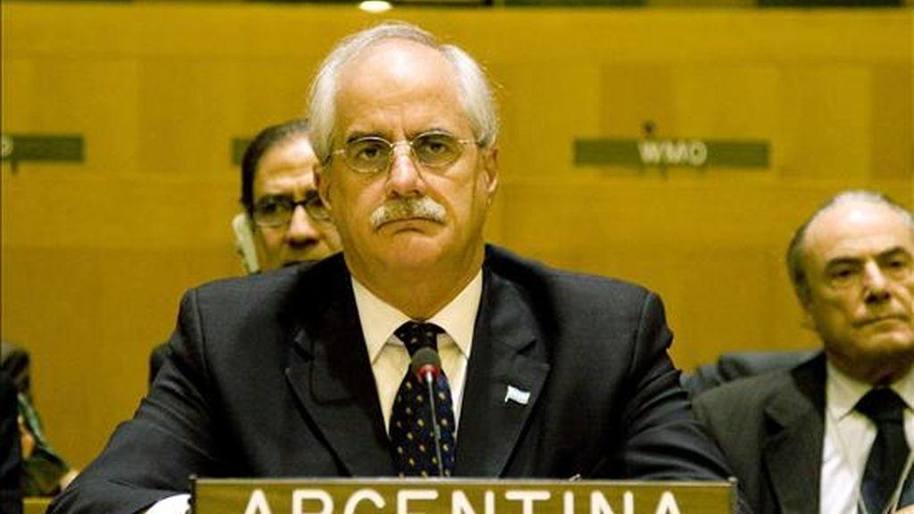 El canciller argentino, Jorge Taiana, habla este 18 de junio de 2009, durante las deliberaciones del Comité de Descolonización de las Naciones Unidas, el cual discute en Nueva York (EE.UU.) el estatus político de las Islas Malvinas. EFE