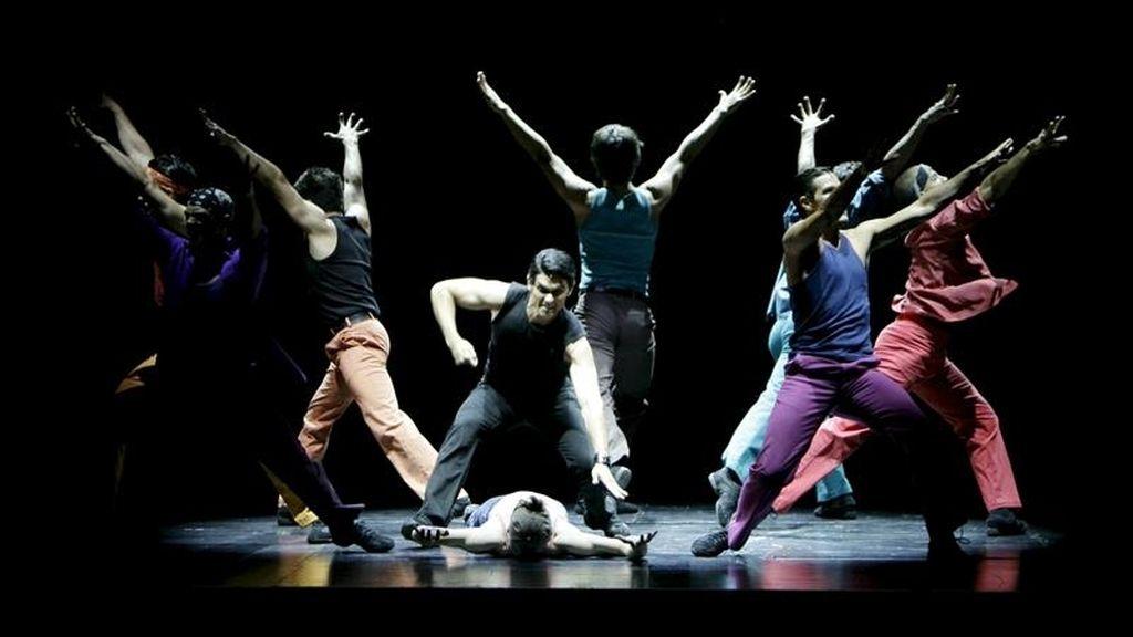 """Varios bailarines actúan durante el inicio de la gira mundial del musical """"West Side Story"""" en el Escenario Puerta del Ángel de la Casa de Campo de Madrid. EFE/Archivo"""