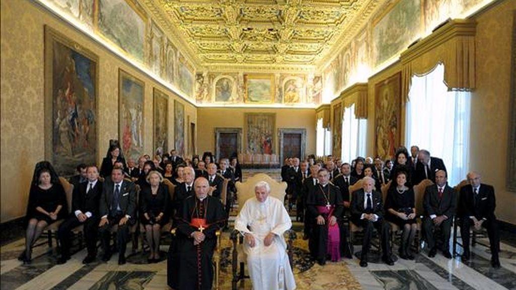 El Papa Benedicto XVI acompañado por el cardenal arzobispo de Madrid, Antonio María Rouco Varela (i), posa con los miembros de la Fundación Madrid Vivo, compuesta por un grupo de empresarios españoles a los que ha recibido hoy en Audiencia privada en El Vaticano. EFE