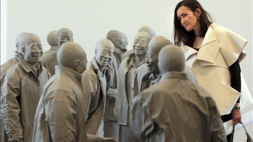 La ministra de Cultura, Ángeles González-Sinde, entre las esculturas de Juan Muñoz, del que el museo Reina Sofía exhibe a partir de hoy la mayor retrospectiva que incluye algunas obras hasta ahora nunca expuestas públicamente. EFE