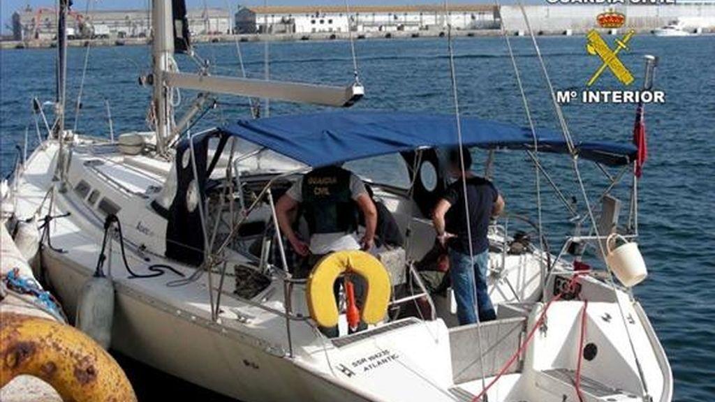 La Guardia Civil ha desmantelado una red de narcotraficantes en una operación que se ha saldado con diez detenidos -cuatro ciudadanos búlgaros y seis españoles- y la intervención de más de cuatro toneladas de hachís en un velero que habían trasladado hasta el puerto de Santa Pola (Alicante). EFE