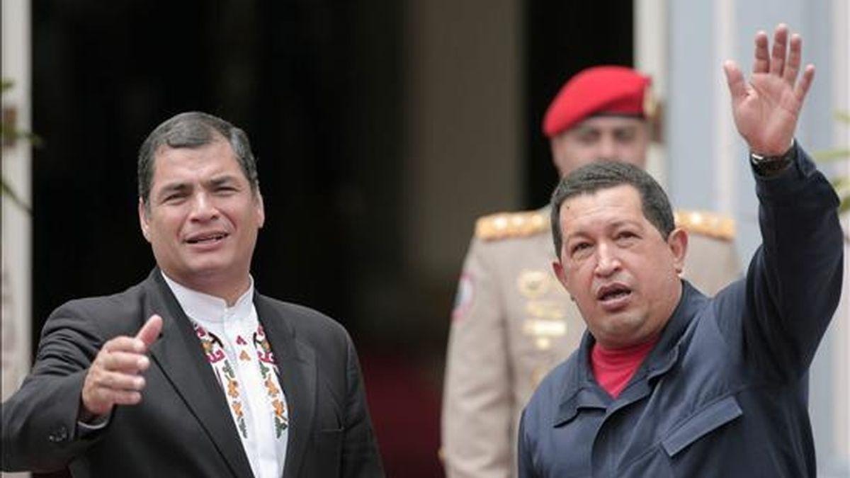 El presidente venezolano, Hugo Chávez (d), recibe a su homólogo ecuatoriano, Rafael Correa, a su llegada este 7 de julio al palacio de Gobierno en Caracas, Venezuela, donde se reunirán para revisar el avance de la cooperación bilateral en el marco de su octava reunión de trabajo. EFE