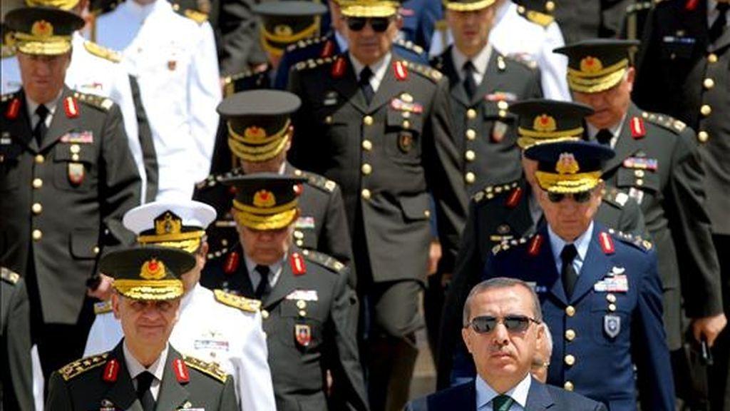 El primer ministro turco, Recep Tayyip Erdogan (d) y el jefe del Estado Mayor de las Fuerzas Armadas de Turquía, Ilker Basbug (i) encabezando una ceremonia en el mausoleo de Ataturk en Ankara (Turquía), el 1 de agosto. EFE