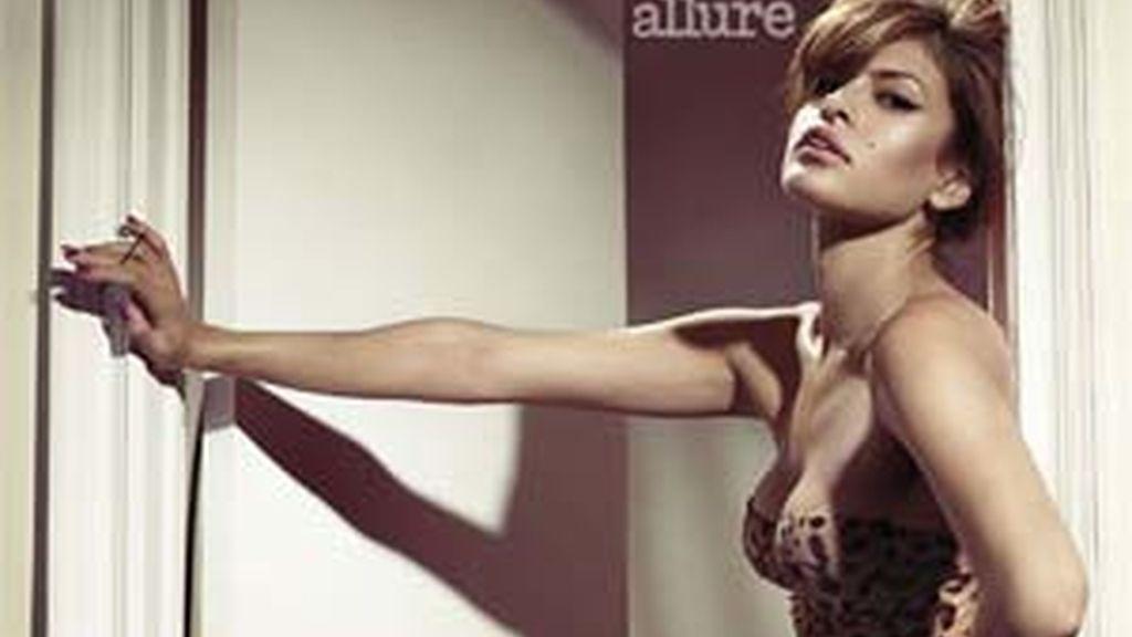 Eva Mendes posa para 'Allure'.