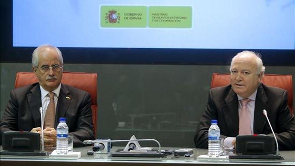 El ministro de Asuntos Exteriores, Miguel Ángel Moratinos (d), y su homólogo de Argentina, Jorge Taiana, durante la rueda de prensa que han ofrecido tras firmar varios acuerdos de cooperación y el convenio sobre el derecho a voto de ciudadanos argentinos residentes en España en las elecciones municipales. EFE