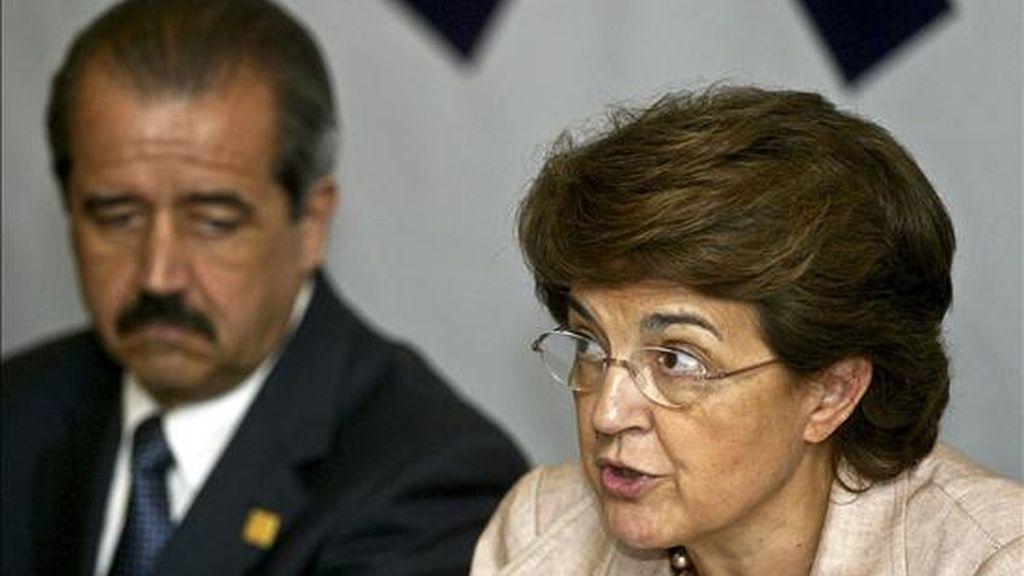 El secretario de Salud de México, José Ángel Villalobos, escucha las palabras de su homóloga portuguesa, Ana Jorge. EFE