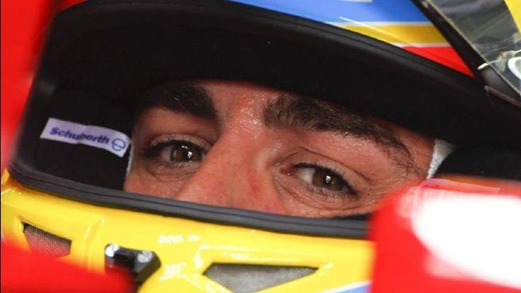 Fernando Alonso, durante la tercera sesión de entrenamiento para el Gran Premio de Malasia de Fórmula Uno, en el circuito internacional de Sepang, el pasado sábado. Foto EFE archivo