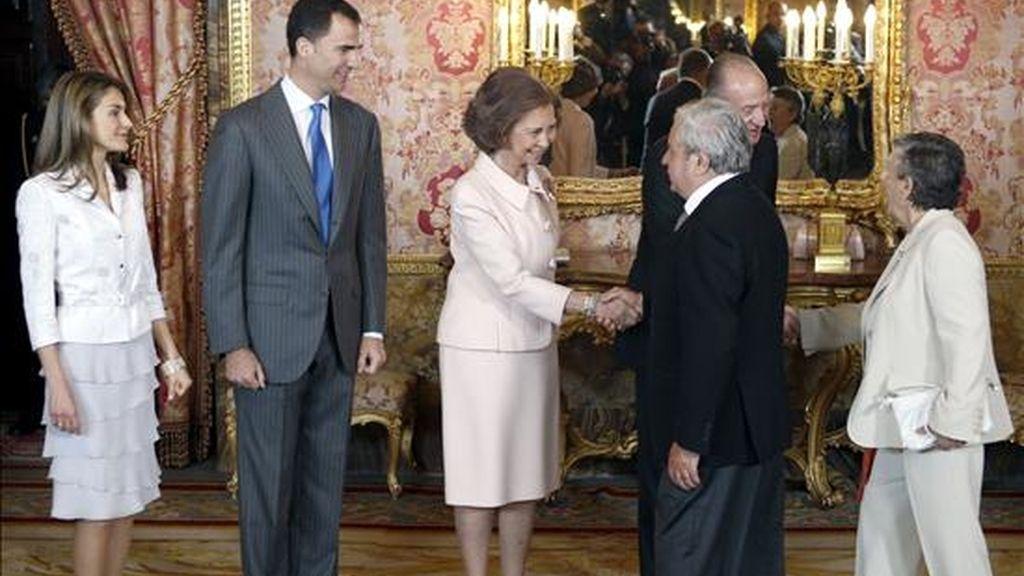La reina Sofía saluda, en presencia del rey Juan Carlos y los Príncipes de Asturias, al escritor Juan Marsé, último Premio Cervantes, y su esposa, al inicio de almuerzo que los Reyes ofrecen con motivo de la entrega del galardón más importante de la literatura española, el próximo jueves. EFE