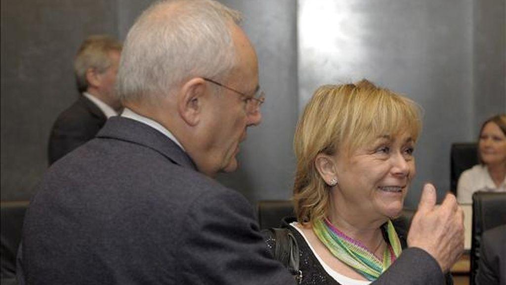 El comisario europeo de Interior, el francés Jacques Barrot (izq), saluda a la ministra de Justicia sueca, Beatrice Ask (dcha), antes de que comience el Consejo Europeo sobre Justicia e Interior en la sede de la Unión Europea en Luxemburgo hoy lunes 6 de abril. EFE